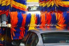 Bil som går till och med en automatiserad biltvättmaskin Royaltyfria Bilder