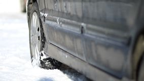 Bil som klibbas i insnöad vintertid arkivfilmer