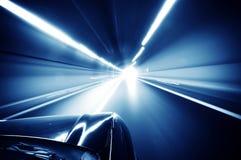 Bil som löper i tunnelen royaltyfria bilder