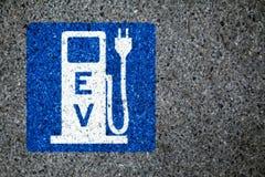 bil som laddar den elektriska stationen Fotografering för Bildbyråer