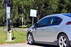 bil som laddar den elektriska stationen Royaltyfri Foto