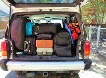 Bil som packas för semester arkivfoto