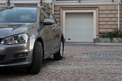 Bil som parkeras nära garage fotografering för bildbyråer