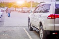 Bil som parkeras på gatan, bil som parkeras på vägen Royaltyfri Foto