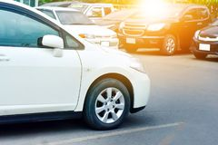 Bil som parkeras på gatan, bil som parkeras på vägen Arkivfoton