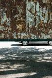 Bil som passerar en affischtavla arkivbilder