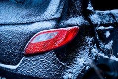 Bil som pudras med snow. Arkivfoto