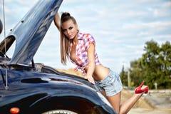 bil som reparerar kvinnan fotografering för bildbyråer