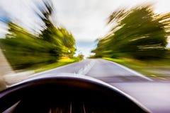 Bil som rusar på den suddiga vägen royaltyfria bilder
