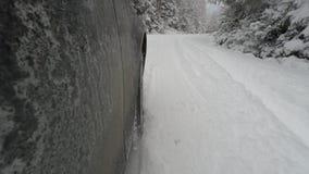 Bil som sladdar i snöig väg stock video