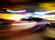 Bil som snabbt flyttar sig Arkivfoto