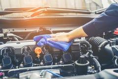 Bil som specificerar motorn för serielokalvårdbil royaltyfri bild