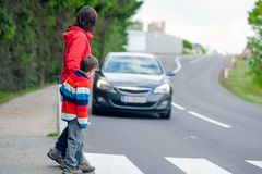 Bil som stoppas för gångare Fotografering för Bildbyråer