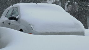 Bil som täckas av snö. stock video