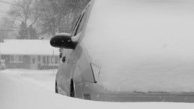 Bil som täckas av snö. arkivfilmer