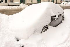 Bil som täckas i snö royaltyfri bild