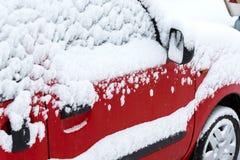 Bil som täckas i snow Arkivbild