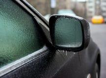 Bil som täckas med is, når att ha fryst regn Royaltyfria Foton