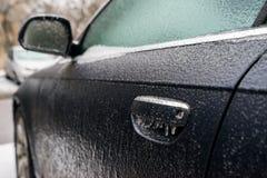 Bil som täckas med is, når att ha fryst regn Fotografering för Bildbyråer