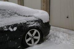 Bil som täckas med snö efter tungt snöfall fotografering för bildbyråer
