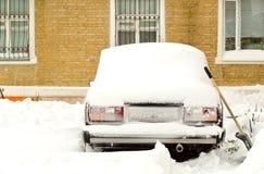 Bil som täckas med snow Arkivfoto
