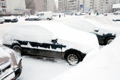 Bil som täckas med snow. Moscow Ryssland Royaltyfria Bilder