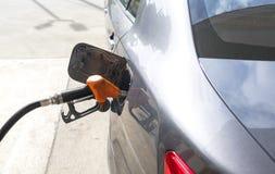 Bil som tankar bensin Royaltyfri Bild