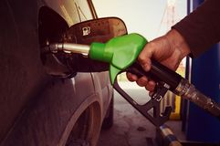 Bil som tankar bensinhanden Arkivbild