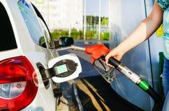 Bil som tankar på bensinstation Royaltyfria Bilder