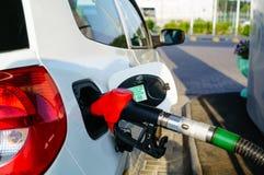 Bil som tankar på bensinstation Royaltyfri Foto