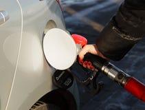 Bil som tankar på bensinstationen Royaltyfria Bilder