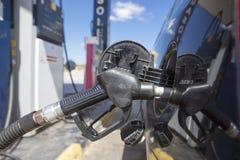 Bil som tankar på en bensinstation Arkivbild