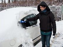 bil som tar bort snowkvinnan fotografering för bildbyråer