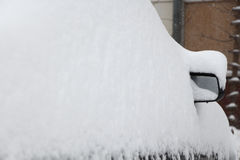 Bil under en snowbank Royaltyfri Foto