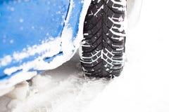 Bil under en snöstorm Arkivfoto