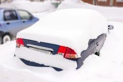 Bil under snön, hinder för tungt snöfall för katastrof royaltyfria foton