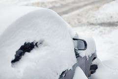 Bil under snö efter snöfall Royaltyfri Bild