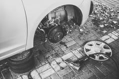 Bil utan hjulet p? service Begrepp f?r utbyte f?r bilgummihjul arkivfoton