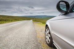 Bil vid landsvägen royaltyfria foton