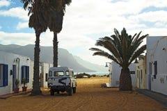 Bil 4WD i spansk by Arkivbilder