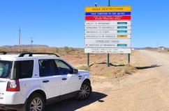 Bil 4WD och vägmärke Arkivfoto
