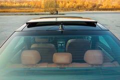 Bil- xxlsoltak för tysk lyxig sedan, röd/bruntläderinre, chromed prydnader, dyr specialtillverkad individuell bil Royaltyfria Foton