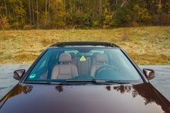 Bil- xxlsoltak för tysk lyxig sedan, röd/bruntläderinre, chromed prydnader, dyr specialtillverkad individuell bil Arkivbilder