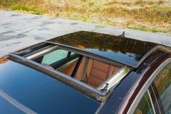 Bil- xxlsoltak för tysk lyxig sedan, röd/bruntläderinre, chromed prydnader, dyr specialtillverkad individuell bil Arkivbild
