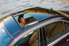 Bil- xxlsoltak för tysk lyxig sedan, röd/bruntläderinre, chromed prydnader, dyr specialtillverkad individuell bil Royaltyfri Bild