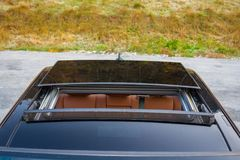 Bil- xxlsoltak för tysk lyxig sedan, röd/bruntläderinre, chromed prydnader, dyr specialtillverkad individuell bil Royaltyfria Bilder