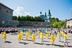 Bila, de Oekraïne - Mei 27, 2016: De schoollijn is in schoolplein met Royalty-vrije Stock Afbeelding