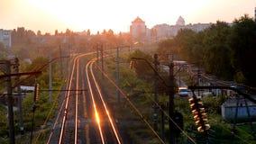 Bila Tserkva, Ucrânia 22 de julho de 2016:- trilhas de estrada de ferro de Timelapse no nascer do sol do por do sol na cidade filme