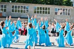 Bila, Ucrania - 27 de mayo de 2016: La línea de la escuela está en patio con Fotos de archivo libres de regalías