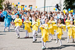 Bila, Ucrania - 27 de mayo de 2016: La línea de la escuela está en patio con Foto de archivo libre de regalías